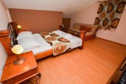 Спальня. Боко-Которская бухта, Черногория, Доброта : 2-х этажный апартамент с балконом с шикарным видом на залив, 30 метров до моря