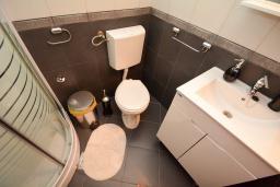 Ванная комната. Боко-Которская бухта, Черногория, Доброта : 2-х этажный апартамент с балконом с шикарным видом на залив, 30 метров до моря