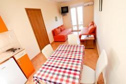 Гостиная. Боко-Которская бухта, Черногория, Костаньица : Апартамент для 4 человек, с отдельной спальней, с балконом с шикарным видом на залив, 10 метров до моря