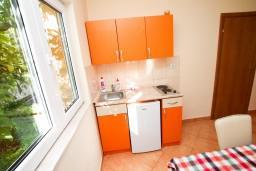 Кухня. Боко-Которская бухта, Черногория, Костаньица : Апартамент для 4 человек, с отдельной спальней, с балконом с шикарным видом на залив, 10 метров до моря