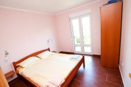 Спальня. Боко-Которская бухта, Черногория, Костаньица : Апартамент для 4 человек, с отдельной спальней, с балконом с шикарным видом на залив, 10 метров до моря