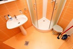 Ванная комната. Боко-Которская бухта, Черногория, Костаньица : Апартамент для 4 человек, с отдельной спальней, с балконом с шикарным видом на залив, 10 метров до моря