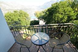 Балкон. Боко-Которская бухта, Черногория, Костаньица : Апартамент для 4 человек, с отдельной спальней, с балконом с шикарным видом на залив, 10 метров до моря