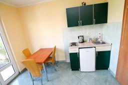 Кухня. Боко-Которская бухта, Черногория, Костаньица : Апартамент с отдельной спальней, с балконом с шикарным видом на залив, 10 метров до моря