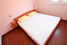Спальня. Боко-Которская бухта, Черногория, Костаньица : Апартамент с отдельной спальней, с балконом с шикарным видом на залив, 10 метров до моря