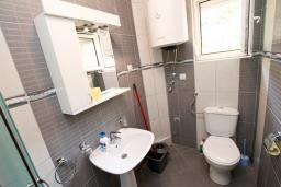 Ванная комната. Боко-Которская бухта, Черногория, Костаньица : Апартамент с отдельной спальней, с балконом с шикарным видом на залив, 10 метров до моря