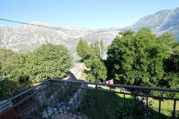 Вид. Боко-Которская бухта, Черногория, Костаньица : Апартамент с отдельной спальней, с балконом с шикарным видом на залив, 10 метров до моря