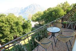 Балкон. Боко-Которская бухта, Черногория, Костаньица : Апартамент с отдельной спальней, с балконом с шикарным видом на залив, 10 метров до моря