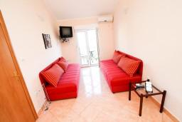 Гостиная. Боко-Которская бухта, Черногория, Костаньица : Апартамент с отдельной спальней, с балконом с шикарным видом на залив, 10 метров до моря