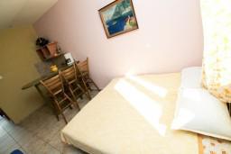 Студия (гостиная+кухня). Боко-Которская бухта, Черногория, Моринь : Студия с террасой, 50 метров до моря