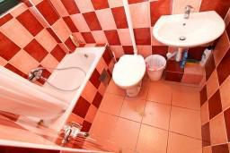 Ванная комната. Боко-Которская бухта, Черногория, Моринь : Студия с террасой, 50 метров до моря
