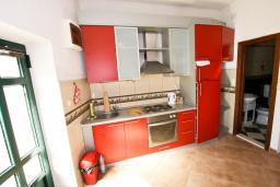 Кухня. Боко-Которская бухта, Черногория, Пераст : Апартамент с отдельной спальней, с большой общей террасой с видом на залив, 50 метров до моря
