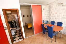 Гостиная. Боко-Которская бухта, Черногория, Пераст : Апартамент с отдельной спальней, с большой общей террасой с видом на залив, 50 метров до моря