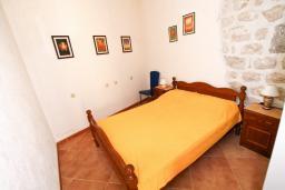 Спальня. Боко-Которская бухта, Черногория, Пераст : Апартамент с отдельной спальней, с большой общей террасой с видом на залив, 50 метров до моря