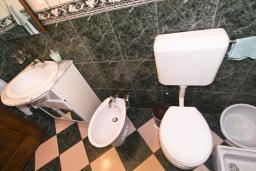 Ванная комната. Боко-Которская бухта, Черногория, Пераст : Апартамент с отдельной спальней, с большой общей террасой с видом на залив, 50 метров до моря