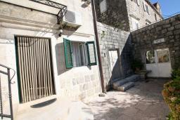 Терраса. Боко-Которская бухта, Черногория, Пераст : Апартамент с отдельной спальней, с большой общей террасой с видом на залив, 50 метров до моря