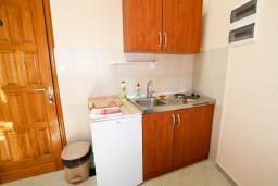 Кухня. Боко-Которская бухта, Черногория, Пераст : 2-х этажный апартамент с отдельной спальней, с большой общей террасой с видом на залив, 50 метров до моря