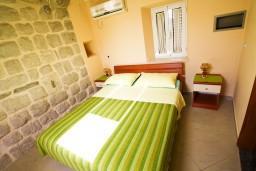 Спальня. Боко-Которская бухта, Черногория, Пераст : 2-х этажный апартамент с отдельной спальней, с большой общей террасой с видом на залив, 50 метров до моря