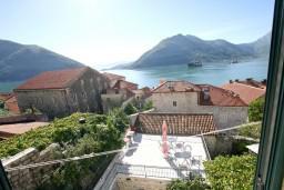 Вид на море. Боко-Которская бухта, Черногория, Пераст : 2-х этажный апартамент с отдельной спальней, с большой общей террасой с видом на залив, 50 метров до моря