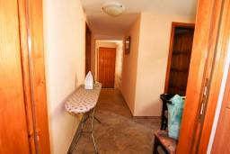 Коридор. Боко-Которская бухта, Черногория, Пераст : 2-х этажный апартамент с отдельной спальней, с большой общей террасой с видом на залив, 50 метров до моря