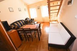 Гостиная. Боко-Которская бухта, Черногория, Пераст : 2-х этажный апартамент для 2-4 человек, с отдельной спальней, с большой общей террасой с видом на залив, 50 метров до моря