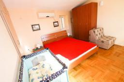 Спальня. Боко-Которская бухта, Черногория, Пераст : 2-х этажный апартамент для 2-4 человек, с отдельной спальней, с большой общей террасой с видом на залив, 50 метров до моря