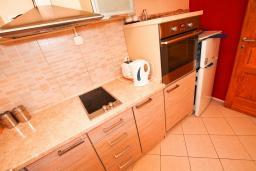 Кухня. Боко-Которская бухта, Черногория, Пераст : 2-х этажный апартамент для 2-4 человек, с отдельной спальней, с большой общей террасой с видом на залив, 50 метров до моря