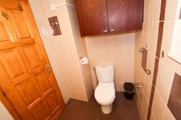 Ванная комната. Боко-Которская бухта, Черногория, Пераст : 2-х этажный апартамент для 2-4 человек, с отдельной спальней, с большой общей террасой с видом на залив, 50 метров до моря