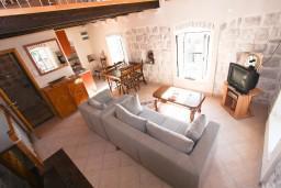 Гостиная. Боко-Которская бухта, Черногория, Пераст : 2-х этажный апартамент с отдельной спальней, с большой общей террасой с видом на залив, 50 метров до моря