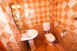 Ванная комната. Боко-Которская бухта, Черногория, Пераст : 2-х этажный апартамент с отдельной спальней, с большой общей террасой с видом на залив, 50 метров до моря