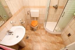 Ванная комната. Боко-Которская бухта, Черногория, Прчань : Студия с террасой с шикарным видом на море, возле пляжа