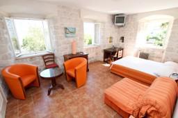 Спальня. Боко-Которская бухта, Черногория, Прчань : Апартамент для 4-6 человек, 2 отдельные спальни, возле моря
