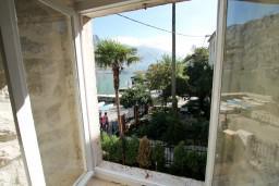 Вид на море. Боко-Которская бухта, Черногория, Прчань : Апартамент для 4-6 человек, 2 отдельные спальни, возле моря