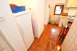 Кухня. Боко-Которская бухта, Черногория, Прчань : Апартамент для 4-6 человек, 2 отдельные спальни, возле моря