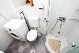 Ванная комната. Боко-Которская бухта, Черногория, Прчань : Апартамент для 4-6 человек, 2 отдельные спальни, возле моря
