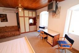 Спальня. Боко-Которская бухта, Черногория, Прчань : Апартамент для 4-5 человек, 2 отдельные спальни, возле моря