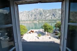 Вид на море. Боко-Которская бухта, Черногория, Прчань : Апартамент для 4-5 человек, 2 отдельные спальни, возле моря