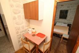 Кухня. Боко-Которская бухта, Черногория, Прчань : Апартамент для 4-5 человек, 2 отдельные спальни, возле моря