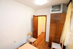 Спальня 2. Боко-Которская бухта, Черногория, Прчань : Апартамент для 4-5 человек, 2 отдельные спальни, возле моря