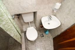 Ванная комната. Боко-Которская бухта, Черногория, Прчань : Апартамент для 4-5 человек, 2 отдельные спальни, возле моря
