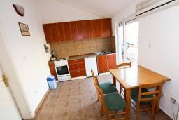 Кухня. Боко-Которская бухта, Черногория, Прчань : Апартамент для 4-5 человек, 2 отдельные спальни, 2 ванные комнаты, с балконом с шикарным видом на залив, 100 метров до моря