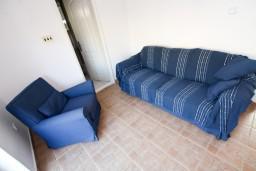 Гостиная. Боко-Которская бухта, Черногория, Прчань : Апартамент для 4-5 человек, 2 отдельные спальни, 2 ванные комнаты, с балконом с шикарным видом на залив, 100 метров до моря