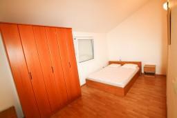 Спальня. Боко-Которская бухта, Черногория, Прчань : Апартамент для 4-5 человек, 2 отдельные спальни, 2 ванные комнаты, с балконом с шикарным видом на залив, 100 метров до моря