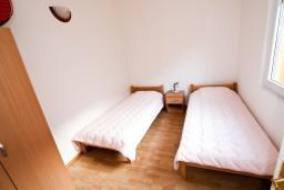 Спальня 2. Боко-Которская бухта, Черногория, Прчань : Апартамент для 4-5 человек, 2 отдельные спальни, 2 ванные комнаты, с балконом с шикарным видом на залив, 100 метров до моря