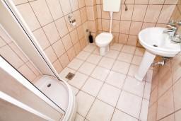 Ванная комната. Боко-Которская бухта, Черногория, Прчань : Апартамент для 4-5 человек, 2 отдельные спальни, 2 ванные комнаты, с балконом с шикарным видом на залив, 100 метров до моря