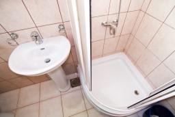 Ванная комната 2. Боко-Которская бухта, Черногория, Прчань : Апартамент для 4-5 человек, 2 отдельные спальни, 2 ванные комнаты, с балконом с шикарным видом на залив, 100 метров до моря