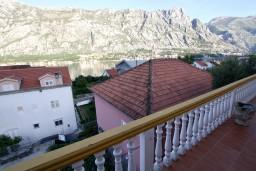Вид на море. Боко-Которская бухта, Черногория, Прчань : Апартамент для 4-5 человек, 2 отдельные спальни, 2 ванные комнаты, с балконом с шикарным видом на залив, 100 метров до моря