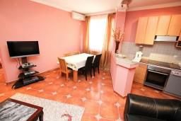 Гостиная. Боко-Которская бухта, Черногория, Рисан : Апартамент с отдельной спальней, возле моря