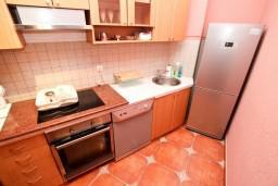 Кухня. Боко-Которская бухта, Черногория, Рисан : Апартамент с отдельной спальней, возле моря