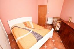 Спальня. Боко-Которская бухта, Черногория, Рисан : Апартамент с отдельной спальней, возле моря